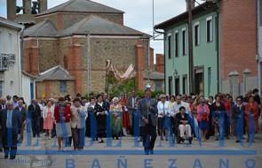 Procesión_con_el_Santísimo_bajo_palio_por_las_calles_de_Santa-María-de-la-Isla(FRAN)