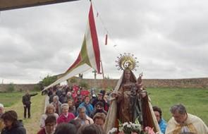 Llegada_al_santuario_en_la_fiesta_de_San-Miguel(Pendoneros_de_León)