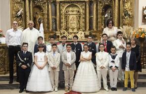 Niños_y_niñas_de_Primera-Comunión_con_el_párroco_y_las_catequistas(Su-Fotografía)