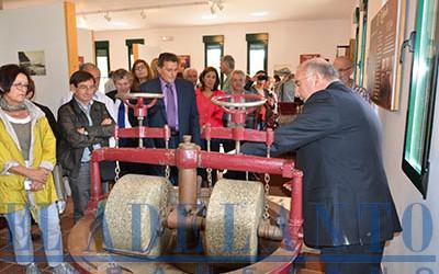 Juan-Francisco-Fernández_mostrando_la_antigua_máquina(TAB)