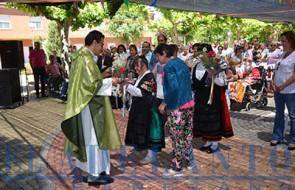 Residentes_de_Ntra-Sra-del-Valle_haciendo_las_ofrendas_durante_la_misa(TAB)