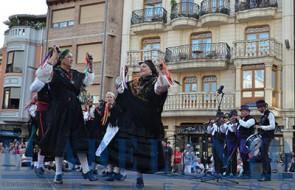 El_Grupo-de-Bailes-Ntra-Sra-de-la-Asunción_en_la_plaza-Mayor(FRAN)