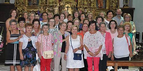 Foto-de-familia_en_la_iglesia_parroquial_de_Ribas-de-la-Valduerna_enm_el_homenaje_a_Nina(Antiguos-Alumnos))