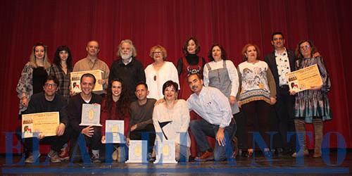 Galardonados_y_finalistas_del_VI-Certamen-de-Teatro-Amateur_con_organizadores_y_representantes_municipales(Joaquín)