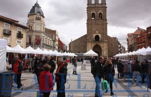 Estands_de_los_comercios_y_visitantes_en_la_Feria-de-Stocks_en_la_plaza-Mayor(Joaquín)