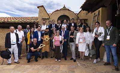Visitantes_del_Congreso_sobre_Gaudí_junto_al_alcalde_y_el_maestro_alfarero
