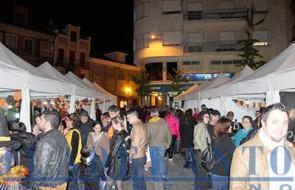 Casetas_y_público_en_la_plaza-Mayor_durante_la_Feria-de-la-Cerveza(Joaquín)