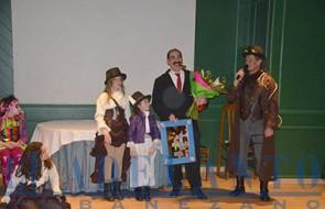 Mortadelo_recibió_un_cuadro_y_un_ramo_de_flores_en_su_homenaje(TAB)