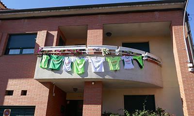 Casa_en_la_calle_Santa-Lucía_con_las_camisetas_de_la_Marcha_de_la_AECC