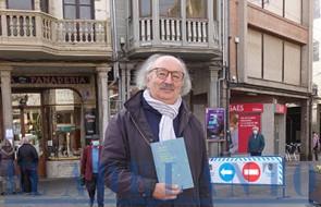Colinas_con_el_libro_en_la_plaza-Mayor(TAB)