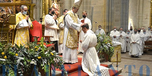 El_Obispo_imponiéndole_las_manos_a_Álvaro-Lobato_para_ordenarlo_diácono(TAB)