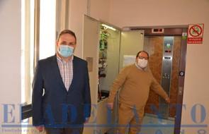 José-Luis-del-Riego_y_Javier-Carrera_junto_al_ascensor(TAB)